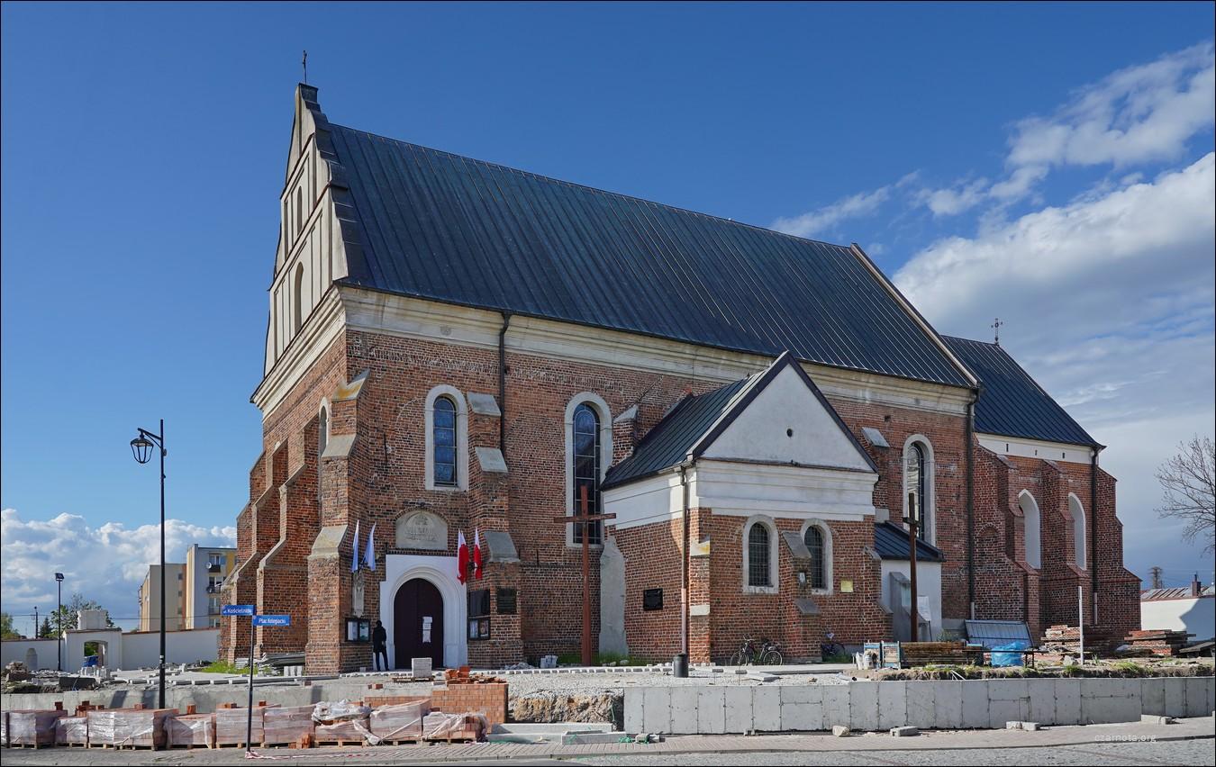 Uniejów, ul. Kościelna, Kościół pw. Wniebowzięcia NMP i św. Floriana,  prace remontowe w otoczeniu kolegiaty