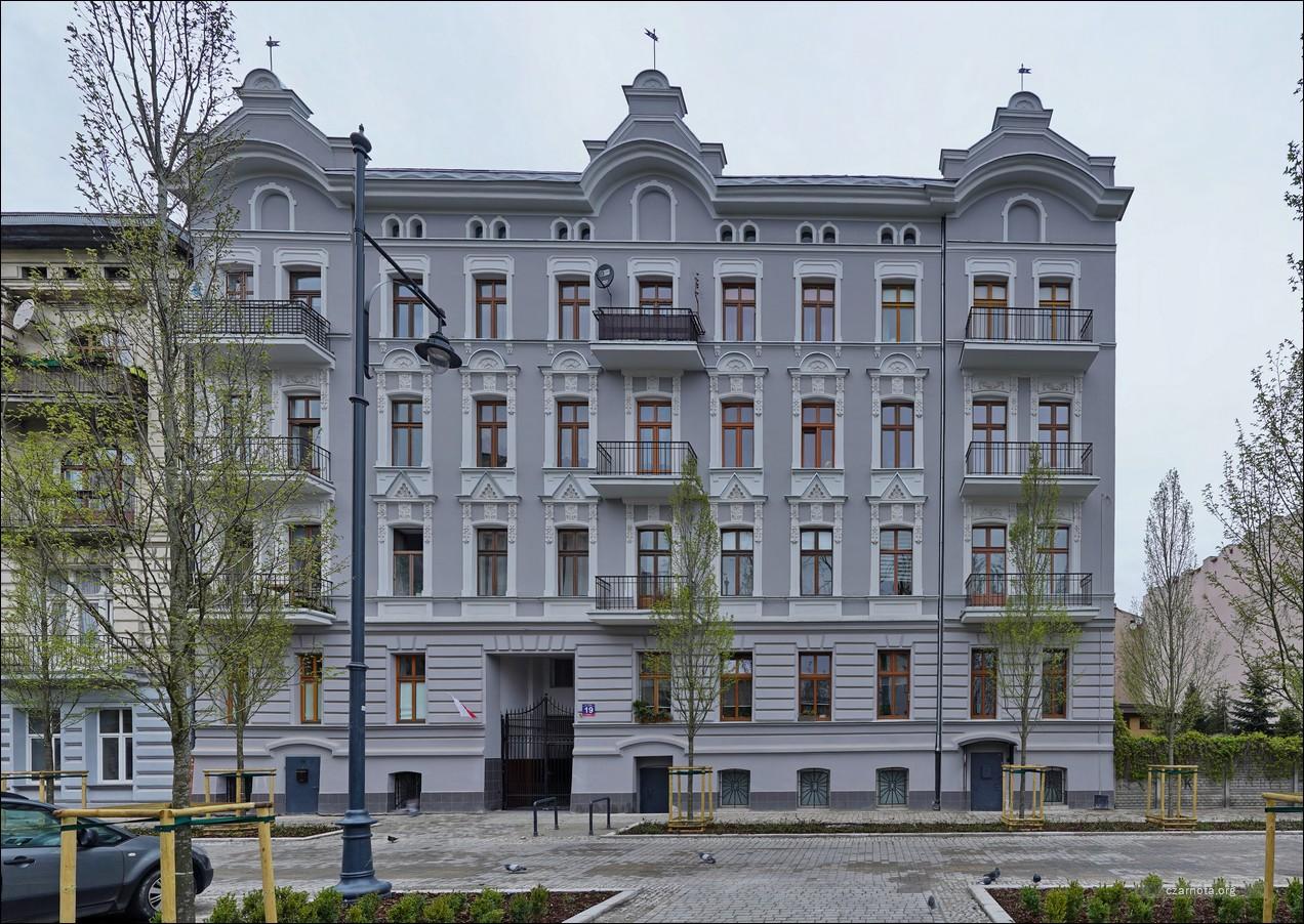 Łódź, maj 2010, kilka budynków po remoncie