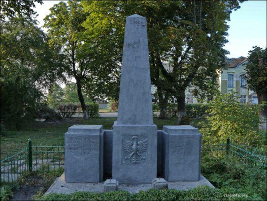 """Ukraina, Bełz ( Белз, בעלז ) pomnik """"Wieczna chwała bohaterom poległym w walce o niepodległość narodu polskiego"""""""