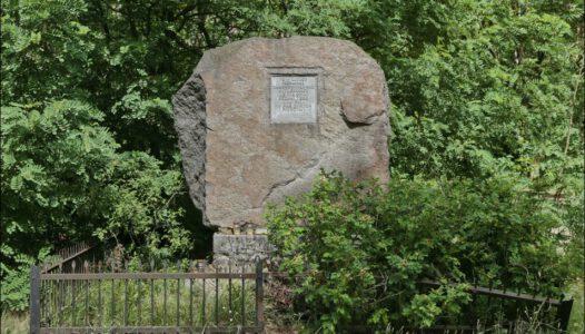 Grabów nad Pilicą, Głaz upamiętniający zamordowanych przez Niemców okolicznych mieszkańców, stojący w miejscu stacjonowania żandarmerii niemieckiej.