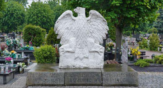Oleśnica, ul. Wojska Polskiego, cmentarz komunalny, Pomnik Pamięci Żołnierzy II Armii Wojska Polskiego, Pomnik Orła Białego