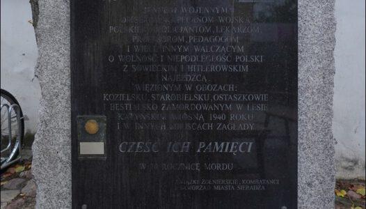 Sieradz, ul. Kościuszki 19, kościół, pomnik pamięci ofiar Zbrodni Katyńskiej
