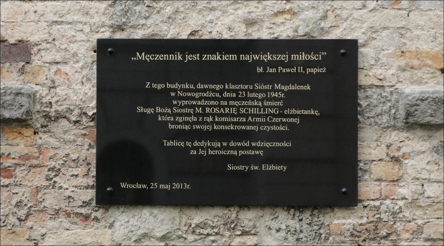 Nowogrodziec, tablica poświęcona siostrze zakonnej zamordowanej przez komisarza Armii Czerwonej