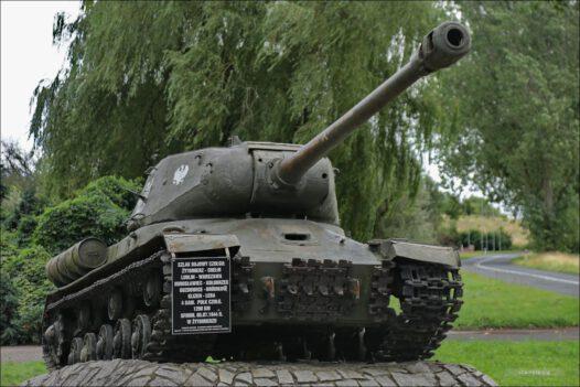 Stare Łysogórki, czołg IS-2 przy Muzeum Pamiątek 1 Armii Wojska Polskiego