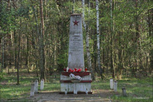 """Kaliłów, Frontstalag 307 Kriegsgefangenlager , miejsce pochówku jeńców w lesie """"Popówka"""""""