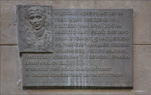 """Warszawa, ul Brzeska 19, tablica poświęcona Zygmuntowi Rylskiemu """"Hańcza"""""""