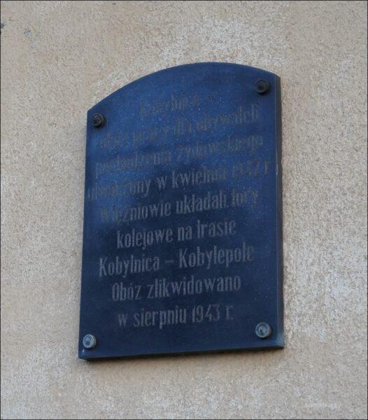 Kobylnica, ul. Dworcowa 3, stacja kolejowa, tablica upamiętniająca obóz pracy
