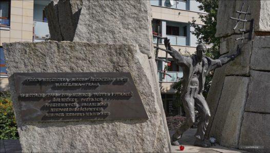 """Pomnik """"Ku Czci Pomordowanych w Praskich Więzieniach 1944–1956"""", znajdujący się w miejscu więzienia karno-śledczego nr III w Warszawie"""