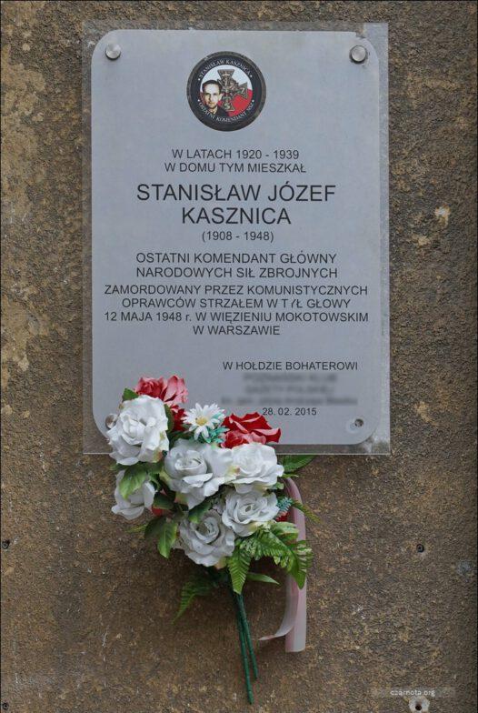 Poznań, ul. Grottgera 16, tablica pamięci Stanisława Kasznicy na domu, w którym mieszkał