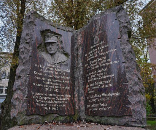 """Lublin, ul. Lipowa25, Pomnik mjr. Hieronima Dekutowskiego ps. """"Zapora"""""""