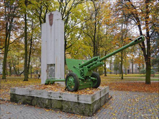 Tomaszów Mazowiecki, Park im. dr. Jana Rodego, pomnik ku czci żołnierzy 14 Samodzielnej Brygady Artylerii Przeciwpancernej
