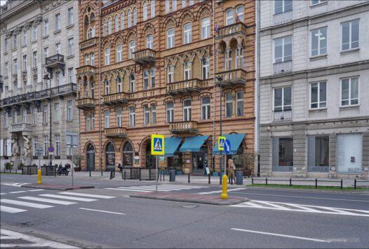 Warszawa, właz do kanałów w Al.  Ujazdowskich przy ul. Wilczej