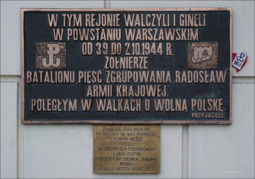 """Warszawa, plac Trzech Krzyży, Dom Dochodowy, pamięci żołnierzy batalionu """"Pięść"""" zgrupowania """"Radosław"""" Armii Krajowej"""