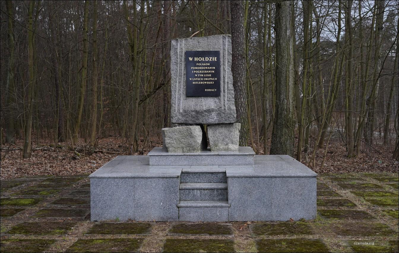 Miejsce masowych mordów Polaków i Żydów w lesie pod Lućmierzem
