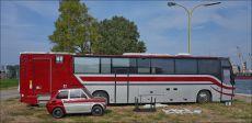 Szwedzki autobus przerobiony na camper z maluchem w bagażniku (jak sądzę)