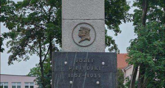 Sieradz, ul. Żwirki i Wigury 1, Plac i pomnik Józefa Piłsudskiego w Sieradzu